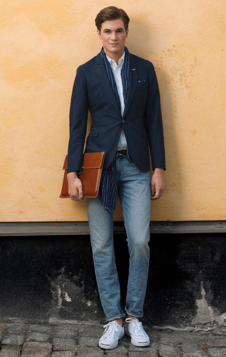 Comment porter une serviette en cuir marron: Harmonise un blazer bleu marine avec une serviette en cuir marron pour une tenue relax mais stylée. Jouez la carte classique pour les chaussures et assortis cette tenue avec une paire de des baskets basses en toile blanches.