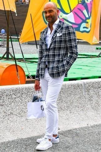 Comment porter un blazer écossais bleu marine et blanc: Pour créer une tenue idéale pour un déjeuner entre amis le week-end, pense à harmoniser un blazer écossais bleu marine et blanc avec un jean blanc. Tu veux y aller doucement avec les chaussures? Termine ce look avec une paire de des baskets basses blanc et bleu marine pour la journée.