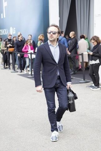 Comment porter des lunettes de soleil marron foncé: Choisis un blazer en laine bleu marine et des lunettes de soleil marron foncé pour un look confortable et décontracté. Termine ce look avec une paire de des chaussures de sport grises.