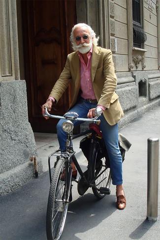 Comment porter des lunettes de soleil noires après 60 ans: Choisis un blazer marron clair et des lunettes de soleil noires pour un look confortable et décontracté. D'une humeur créatrice? Assortis ta tenue avec une paire de des mocassins à pampilles en cuir marron.