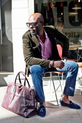 Comment porter une pochette de costume bleue: Harmonise un blazer en velours côtelé olive avec une pochette de costume bleue pour une tenue idéale le week-end. Termine ce look avec une paire de des mocassins à pampilles en velours bleu marine pour afficher ton expertise vestimentaire.