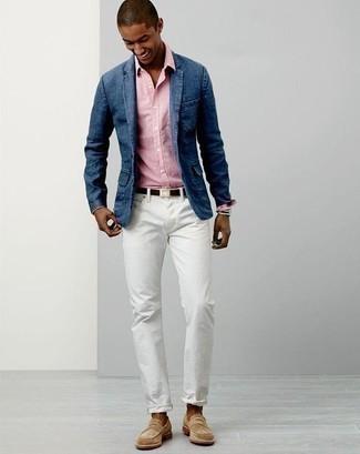 Comment porter des slippers en daim beiges: Marie un blazer en denim bleu avec un jean blanc pour aller au bureau. Ajoute une paire de des slippers en daim beiges à ton look pour une amélioration instantanée de ton style.