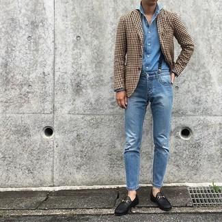 Comment porter une chemise à manches longues en chambray bleue: Choisis une chemise à manches longues en chambray bleue et un jean bleu pour affronter sans effort les défis que la journée te réserve. Jouez la carte classique pour les chaussures et fais d'une paire de des slippers en cuir noirs ton choix de souliers.