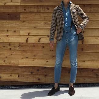 Comment porter une chemise à manches longues en chambray bleue: Harmonise une chemise à manches longues en chambray bleue avec un jean bleu pour affronter sans effort les défis que la journée te réserve. Termine ce look avec une paire de des mocassins à pampilles en daim marron foncé pour afficher ton expertise vestimentaire.