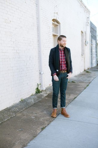 Tendances mode hommes: L'association d'un blazer bleu marine et d'un jean bleu marine est parfaite pour une soirée ou les occasions chic et décontractées. Cet ensemble est parfait avec une paire de des bottes de loisirs en cuir marron clair.
