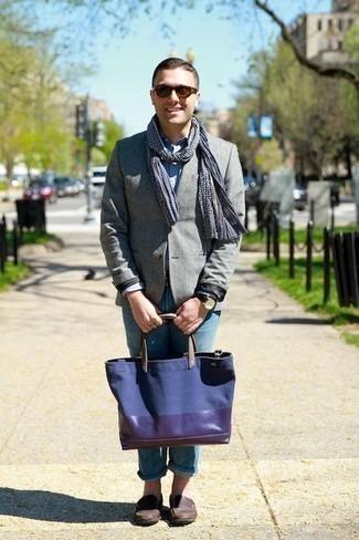 Comment porter des slippers en cuir marron foncé: Porte un blazer gris et un jean bleu clair pour créer un look chic et décontracté. D'une humeur audacieuse? Complète ta tenue avec une paire de des slippers en cuir marron foncé.