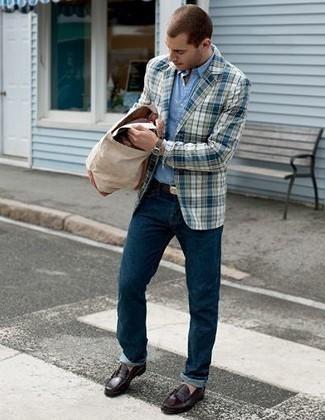 Comment porter une chemise à manches longues bleu clair: Choisis une chemise à manches longues bleu clair et un jean bleu marine pour un déjeuner le dimanche entre amis. Une paire de des slippers en cuir bordeaux est une façon simple d'améliorer ton look.