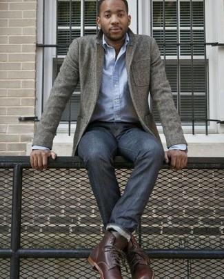Comment porter un blazer en laine gris: Fais-toi remarquer parmi les autres civils stylés avec un blazer en laine gris et un jean bleu marine. Une paire de des bottes de loisirs en cuir bordeaux est une option génial pour complèter cette tenue.