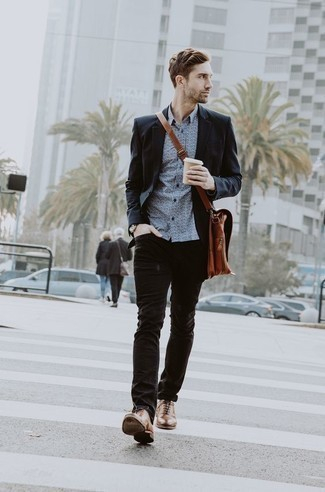 Comment porter une serviette en cuir tabac: Pour une tenue aussi confortable que ton canapé, essaie d'associer un blazer noir avec une serviette en cuir tabac. Une paire de des chaussures richelieu en cuir marron est une façon simple d'améliorer ton look.