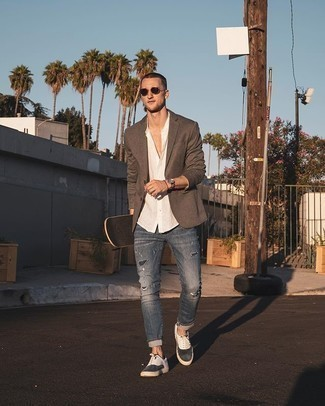 Comment porter des baskets basses en toile blanches et noires: Pense à harmoniser un blazer marron avec un jean déchiré bleu pour une tenue confortable aussi composée avec goût. Une paire de baskets basses en toile blanches et noires est une option parfait pour complèter cette tenue.