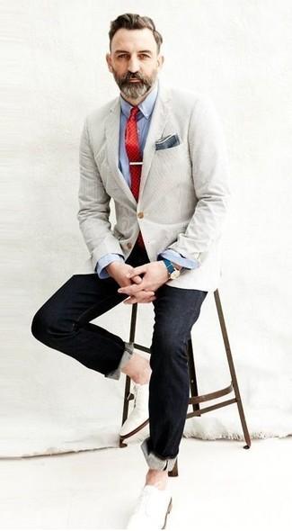 Comment porter: blazer beige, chemise à manches longues bleu clair, jean noir, chaussures derby en cuir blanches