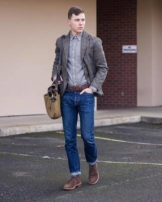 Comment porter des chaussettes bleu marine: Essaie de marier un blazer en laine écossais gris foncé avec des chaussettes bleu marine pour une tenue idéale le week-end. Ajoute une paire de bottines chukka en daim marron foncé à ton look pour une amélioration instantanée de ton style.