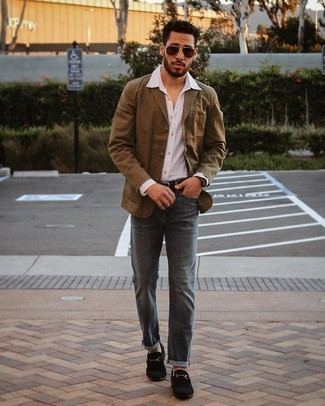 Tendances mode hommes: Essaie de marier un blazer en coton marron avec un jean gris foncé si tu recherches un look stylé et soigné. Opte pour une paire de slippers en daim noirs pour afficher ton expertise vestimentaire.