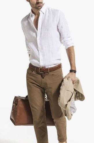 Comment porter: blazer en coton beige, chemise à manches longues en lin blanche, jean skinny marron, grand sac en cuir marron