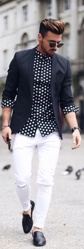 Comment porter: blazer noir, chemise à manches longues à étoiles noire et blanche, jean skinny déchiré blanc, slippers en cuir noirs