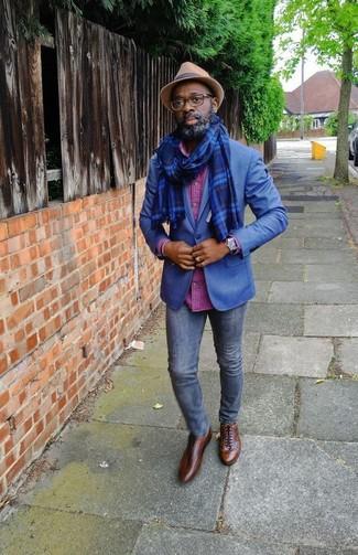 Comment porter: blazer bleu, chemise à manches longues à carreaux fuchsia, jean skinny bleu marine, chaussures richelieu en cuir marron