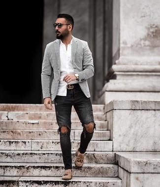 Comment porter: blazer à rayures verticales blanc et noir, chemise à manches longues blanche, jean skinny déchiré noir, mocassins à pampilles en daim marron