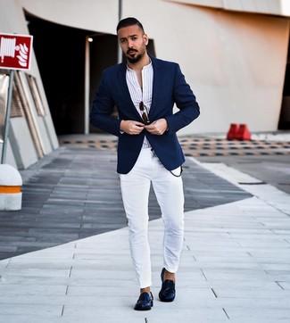 Comment porter des slippers en cuir bleu marine: Porte un blazer bleu marine et un jean skinny blanc pour affronter sans effort les défis que la journée te réserve. Termine ce look avec une paire de des slippers en cuir bleu marine pour afficher ton expertise vestimentaire.