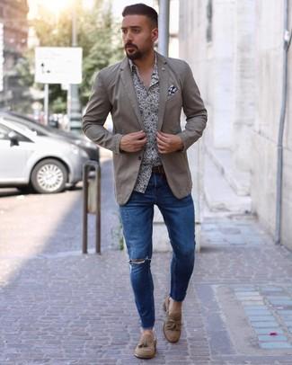 Comment porter: blazer beige, chemise à manches longues à fleurs blanc et bleu marine, jean skinny déchiré bleu, mocassins à pampilles en daim marron clair