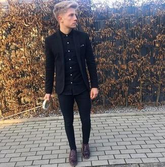 Comment porter une chemise à manches longues noire: Pour une tenue de tous les jours pleine de caractère et de personnalité opte pour une chemise à manches longues noire avec un jean skinny noir. Jouez la carte classique pour les chaussures et fais d'une paire de des chaussures derby en cuir bordeaux ton choix de souliers.