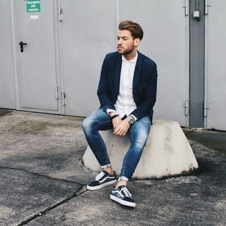 Comment porter des baskets basses en toile bleu marine et blanc: Un blazer en denim bleu marine et un jean skinny déchiré bleu communiqueront une impression de facilité et d'insouciance. Opte pour une paire de des baskets basses en toile bleu marine et blanc pour afficher ton expertise vestimentaire.