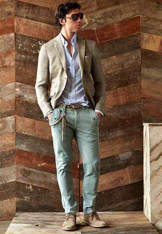 Comment porter: blazer en laine beige, chemise à manches longues à rayures verticales blanc et bleu marine, jean skinny vert menthe, bottines chukka en daim marron clair