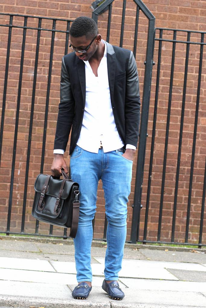 mocassin homme jean,un pull 脿 col rond gris avec un pantalon chino bleu  marine pour ... 7e4c453f9670