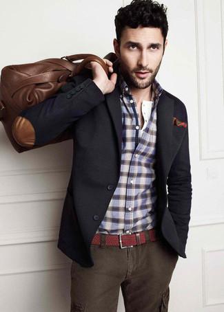 Comment porter: blazer gris foncé, chemise à manches longues écossaise bleue, pantalon cargo gris foncé, fourre-tout en cuir marron