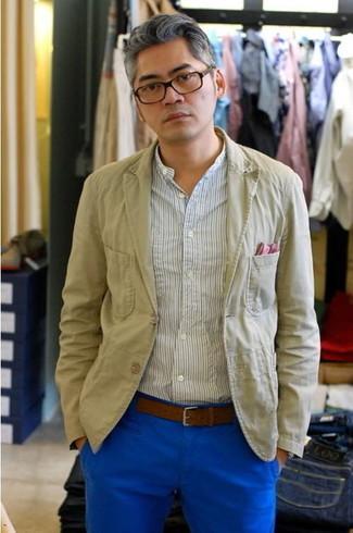 Comment porter une chemise à manches longues à rayures verticales blanche: Essaie d'harmoniser une chemise à manches longues à rayures verticales blanche avec un pantalon chino bleu pour une tenue idéale le week-end.