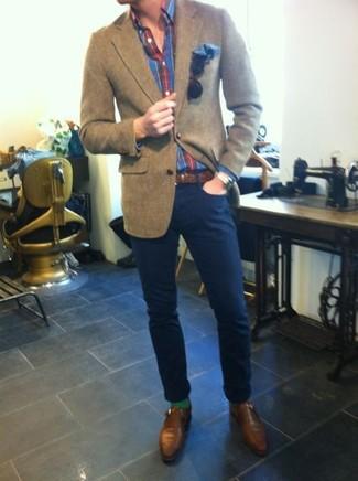 Comment porter: blazer en laine marron, chemise à manches longues écossaise rouge et bleu marine, pantalon chino bleu marine, monks en cuir marron