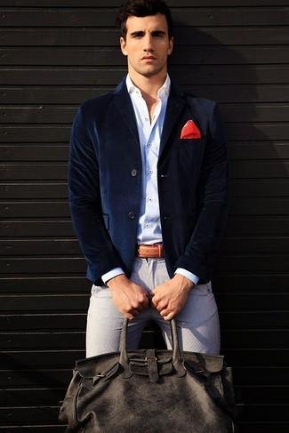 Comment porter: blazer en velours bleu marine, chemise à manches longues blanche, pantalon chino gris, fourre-tout en cuir gris foncé