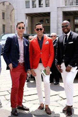 Comment porter: blazer rouge, chemise à manches longues á pois bleu marine, pantalon chino blanc, slippers en cuir marron