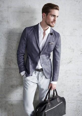 Comment porter: blazer gris, chemise à manches longues blanche, pantalon chino gris, sac fourre-tout en toile noir