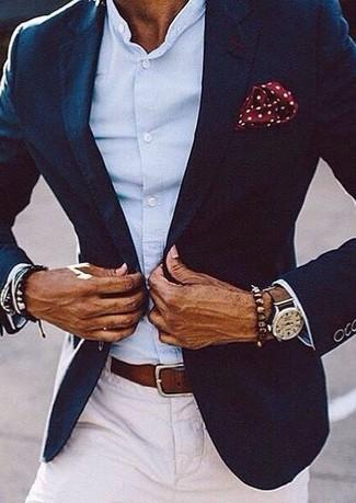 Comment porter: blazer bleu marine, chemise à manches longues bleu clair, pantalon chino blanc, pochette de costume á pois bordeaux