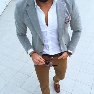 Comment porter: blazer gris, chemise à manches longues blanche, pantalon chino tabac, mocassins à pampilles en daim marron