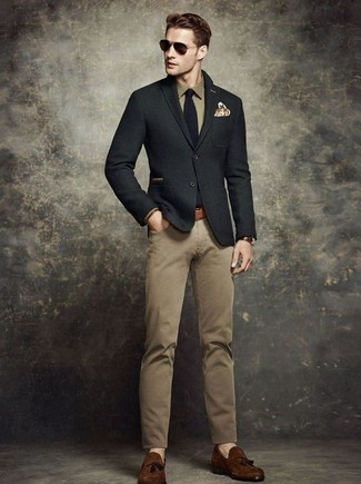 Comment porter: blazer en laine noir, chemise à manches longues olive, pantalon chino marron clair, mocassins à pampilles en daim marron foncé