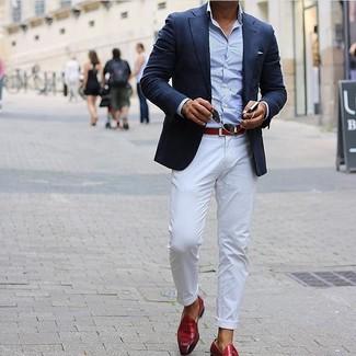 Comment porter: blazer bleu marine, chemise à manches longues bleu clair, pantalon chino blanc, mocassins à pampilles en cuir rouges