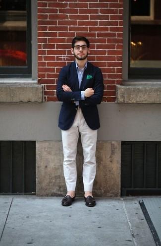 Comment porter: blazer bleu marine, chemise à manches longues bleu clair, pantalon chino blanc, mocassins à pampilles en cuir marron foncé