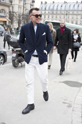 Tenue de George Cortina: Blazer bleu marine, Chemise à manches longues bleu clair, Pantalon chino blanc, Bottines chukka en cuir noires
