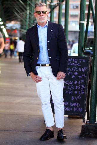 Tenue de Nick Wooster: Blazer bleu marine, Chemise à manches longues bleu clair, Pantalon chino blanc, Chaussures derby en cuir noires