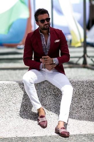 Comment porter: blazer bordeaux, chemise à manches longues en vichy bordeaux, pantalon chino blanc, slippers en cuir bordeaux