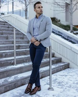 Comment porter: blazer en tricot gris, chemise à manches longues en vichy bleue, pantalon chino bleu marine, double monks en cuir marron foncé
