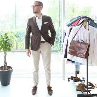 Comment porter: blazer marron foncé, chemise à manches longues blanche, pantalon chino beige, double monks en daim marron foncé