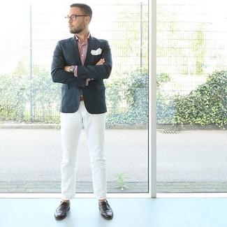 Comment porter: blazer bleu marine, chemise à manches longues rose, pantalon chino blanc, chaussures brogues en cuir marron foncé