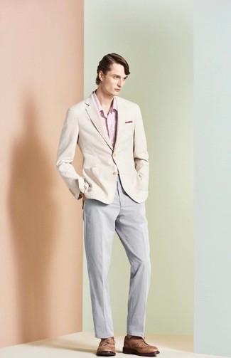 Comment porter: blazer beige, chemise à manches longues à fleurs rose, pantalon chino gris, chaussures brogues en cuir marron