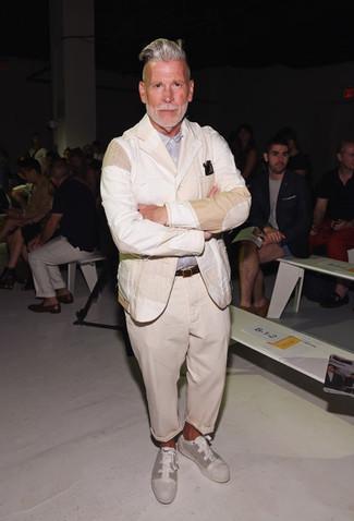 Tenue de Nick Wooster: Blazer en lin beige, Chemise à manches longues bleu clair, Pantalon chino beige, Baskets basses en toile beiges