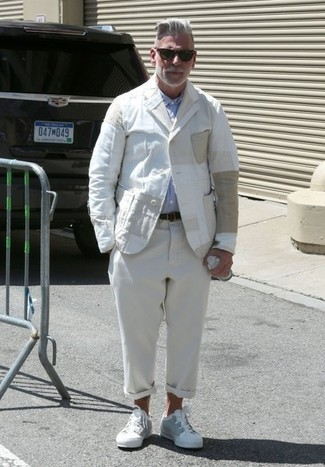 Tenue de Nick Wooster: Blazer en lin blanc, Chemise à manches longues bleu clair, Pantalon chino en lin beige, Baskets basses blanches