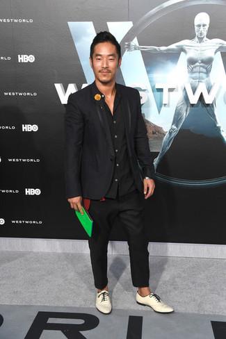 Comment porter: blazer noir, chemise à manches longues noire, pantalon chino noir, chaussures derby en cuir blanches