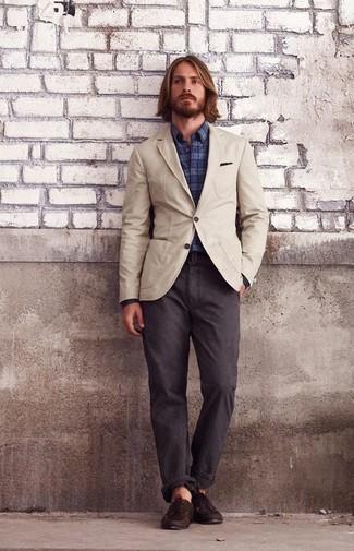 Comment porter: blazer en coton beige, chemise à manches longues écossaise bleu marine, pantalon chino marron foncé, chaussures bateau en cuir marron foncé