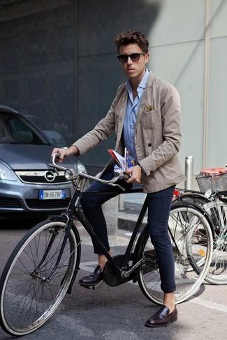 Comment porter: blazer en coton beige, chemise à manches longues bleu clair, pantalon chino bleu marine, slippers en cuir marron foncé